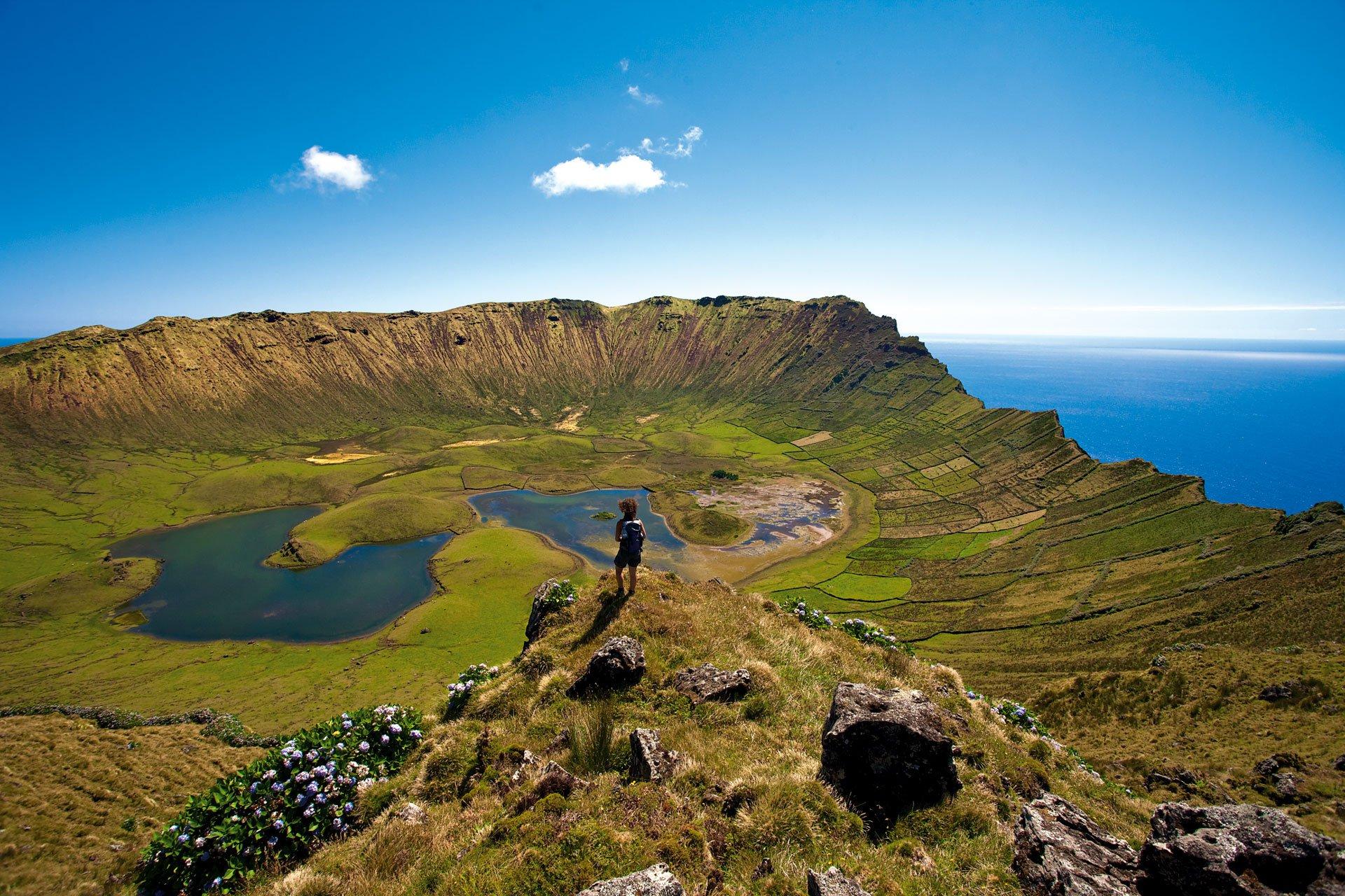 Le Caldeirão, cratère de 2.3 km de diamètre et de 300 m de profondeur. On dit que dans son intérieur est dessiné le paysage des îles açoriennes.