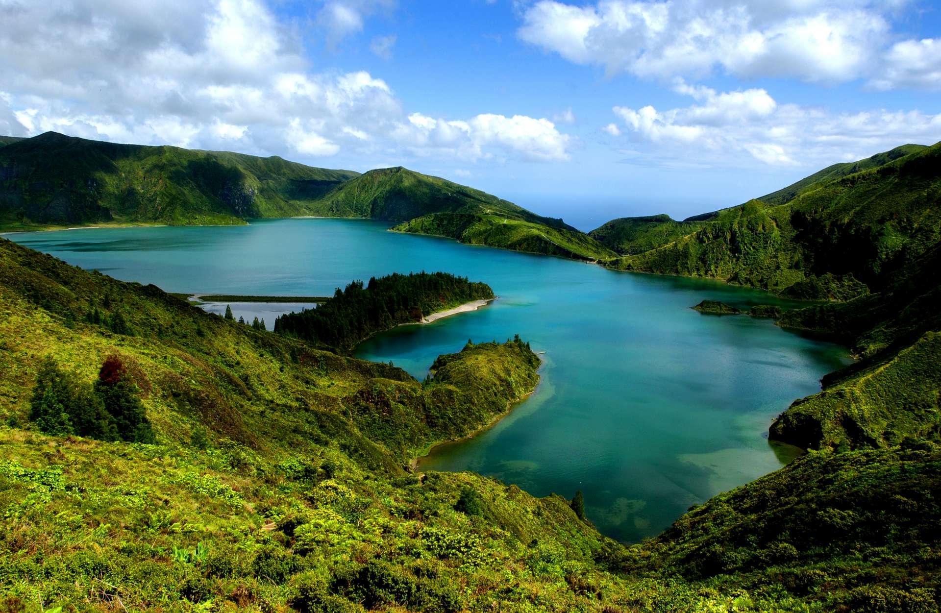 Cratère de 30 m de profondeur qui abrite le Lago de Fogo (lac de feu) sur l'île de São Miguel