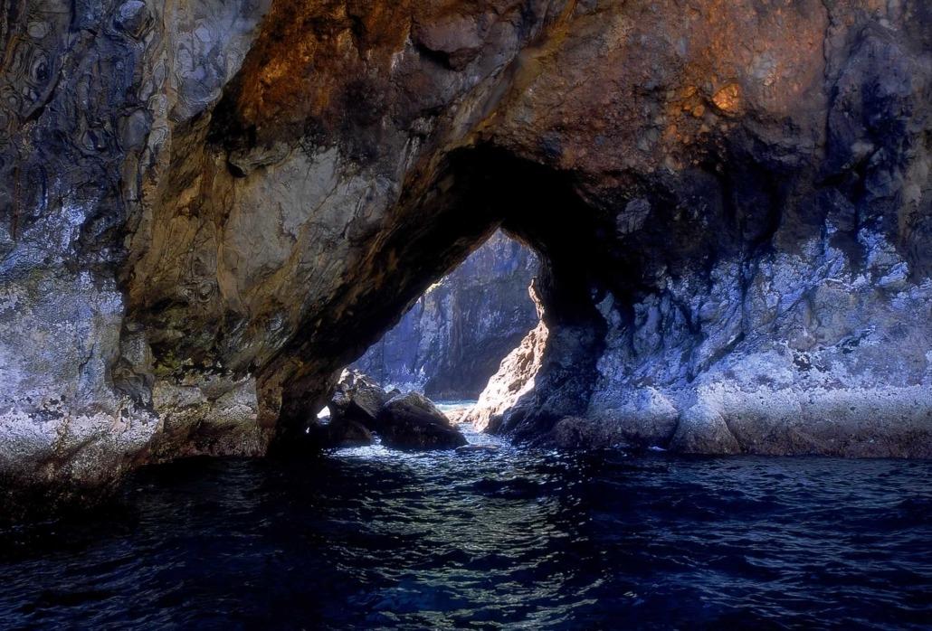 Grottes sous‑marines réchauffées par le Gulf Stream, l'île de Flores, idéale pour les amateurs de plongée.