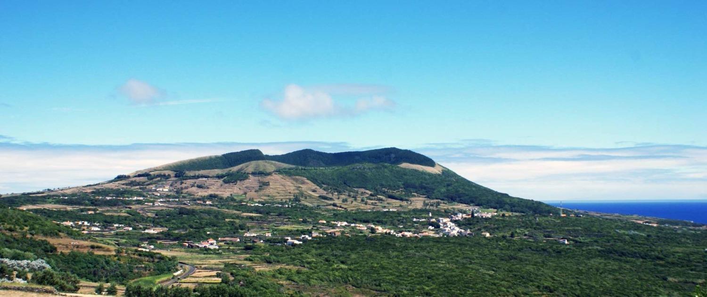 Réserve de la Biosphère par l'Unesco, relief plat et bas de l'île de Graciosa, Caldeira à 402 m