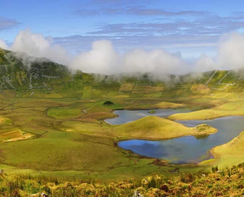 Le Caldeirão, cratère de collapsus avec un lac et de petits cônes à l'intérieur, île de Corvo