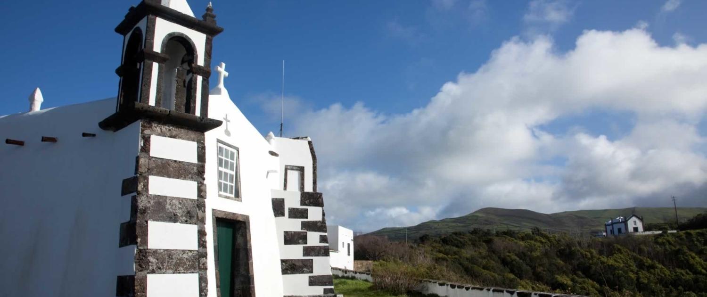 Mirador naturel, chapelle de Nossa Senhora da Ajuda avec vue sur Santa Cruz da Graciosa et la mer