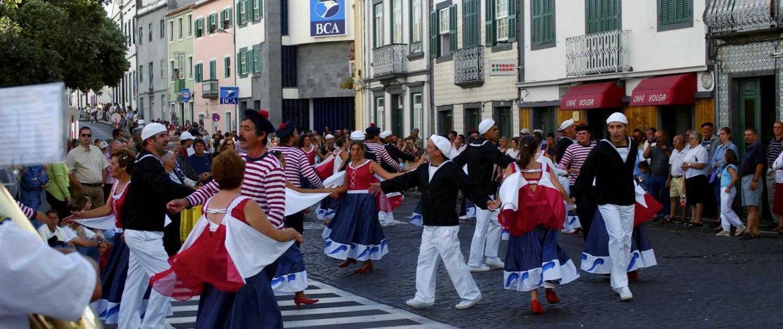 Semaine de la mer en août consacrée aux voiliers, dans la baie de Horta sur l'île de Faial, spectacles de musique et folklore