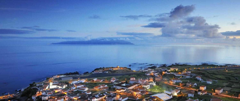 Vila do Corvo, seule ville de l'île de Corvo dont la population ne dépasse pas 500 habitants, est implantée dans une fajã lavique