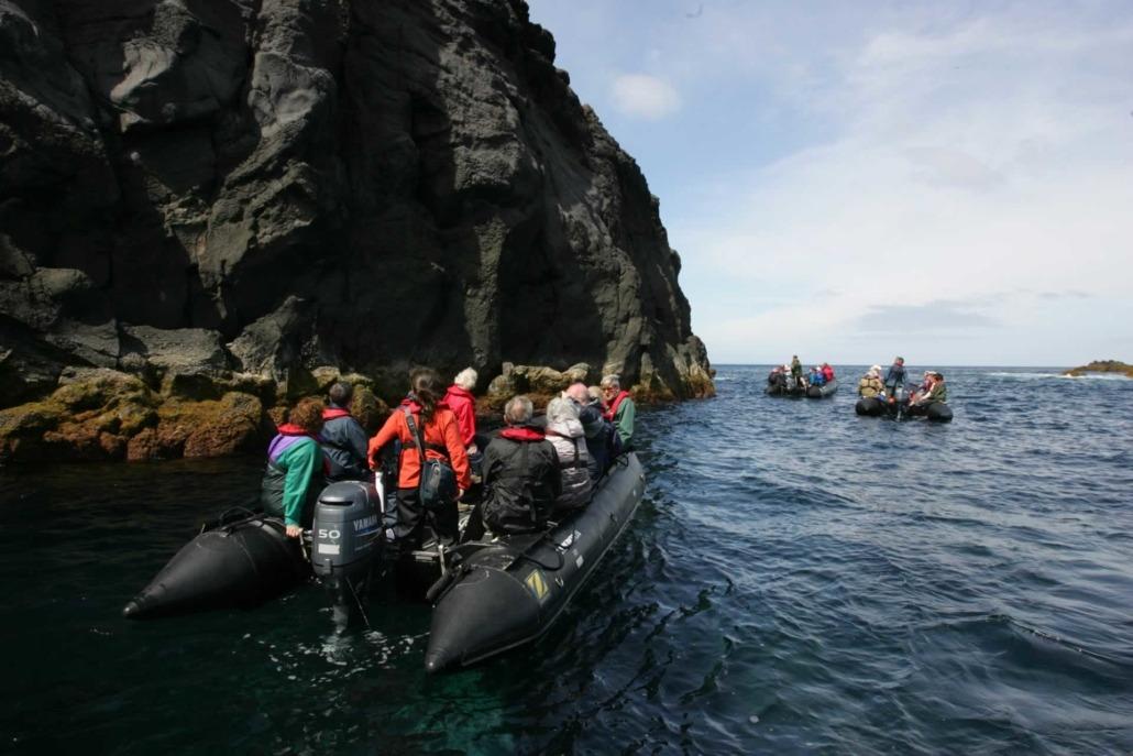 Exploration de la côte de l'île de Graciosa en barque