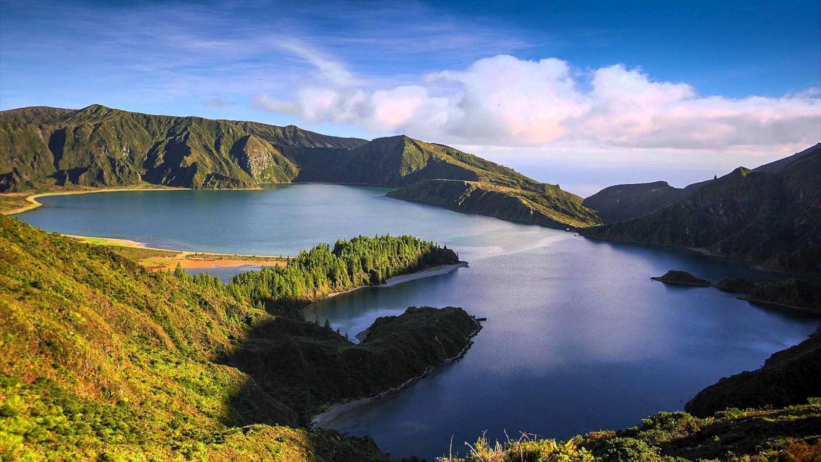 Excursion Lagoa Do Fogo lac aux eaux bleutées situé dans le cratère d'un volcan sur l'île de São Miguel