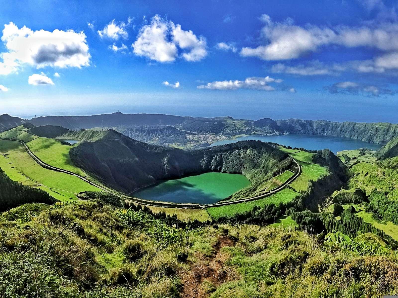 Lacs bleu et vert du cratère du volcan de Sete Cidades sur l'île de São Miguel